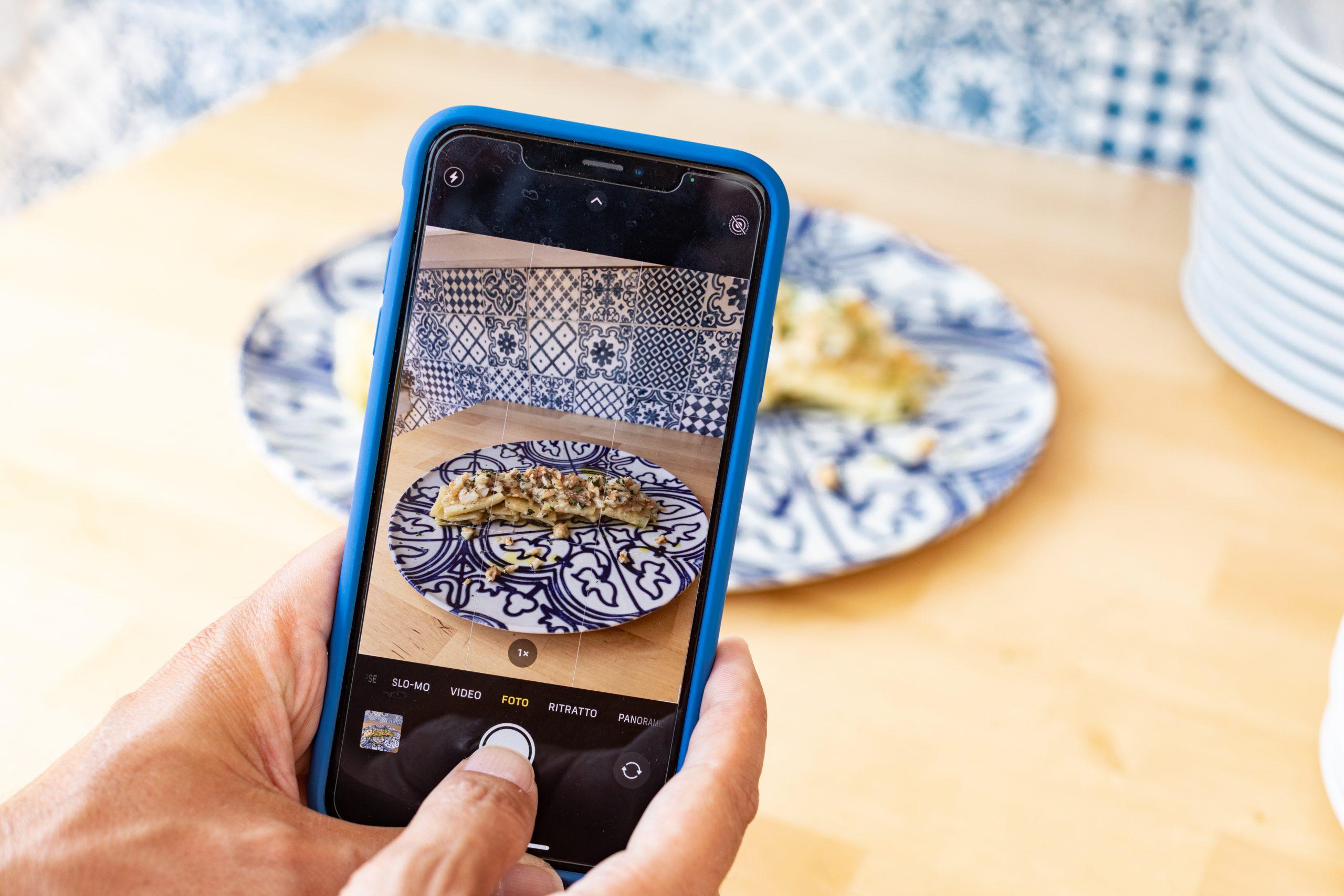 cellulare con piatto