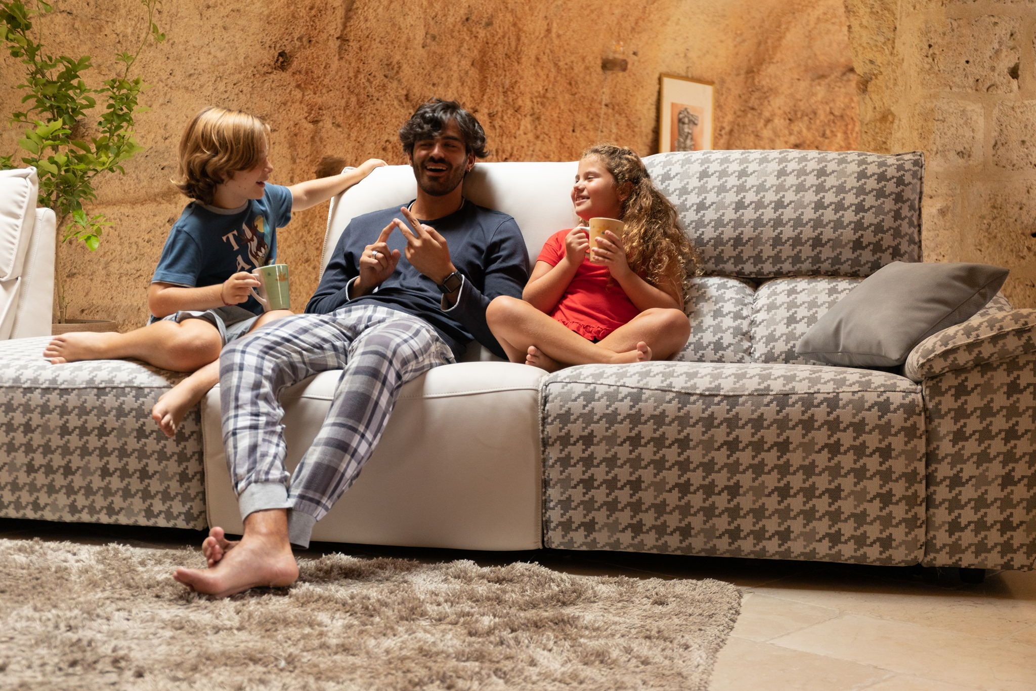papa con bambini sul divano
